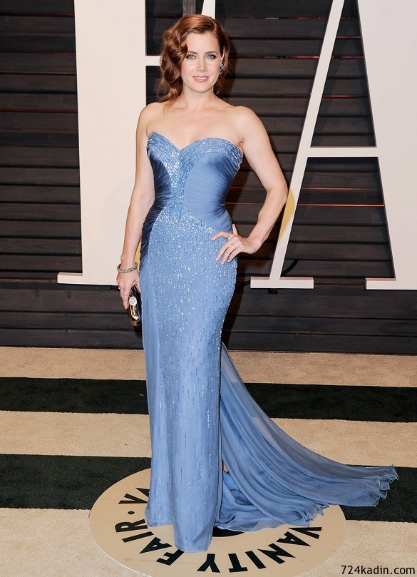 Amy Adams' tan mavi straplez Versace !